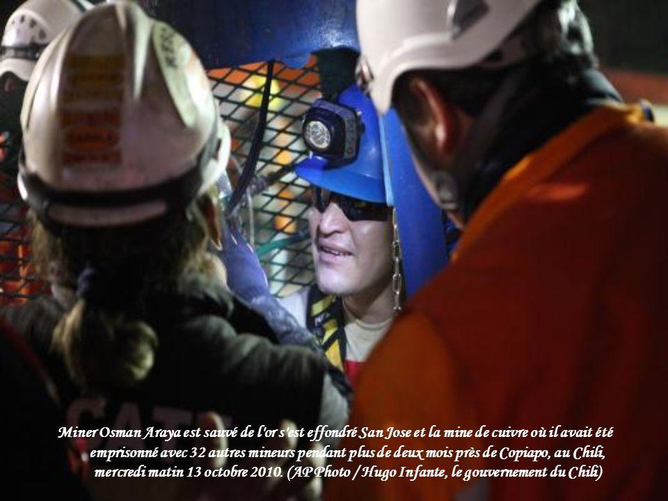 Mario Sepulveda, 39 ans, le mineur seconde pour sortir de la capsule de sauvetage, célèbre le 12 Octobre 2010 à la mine de San Jose. (Hugo Infante / G