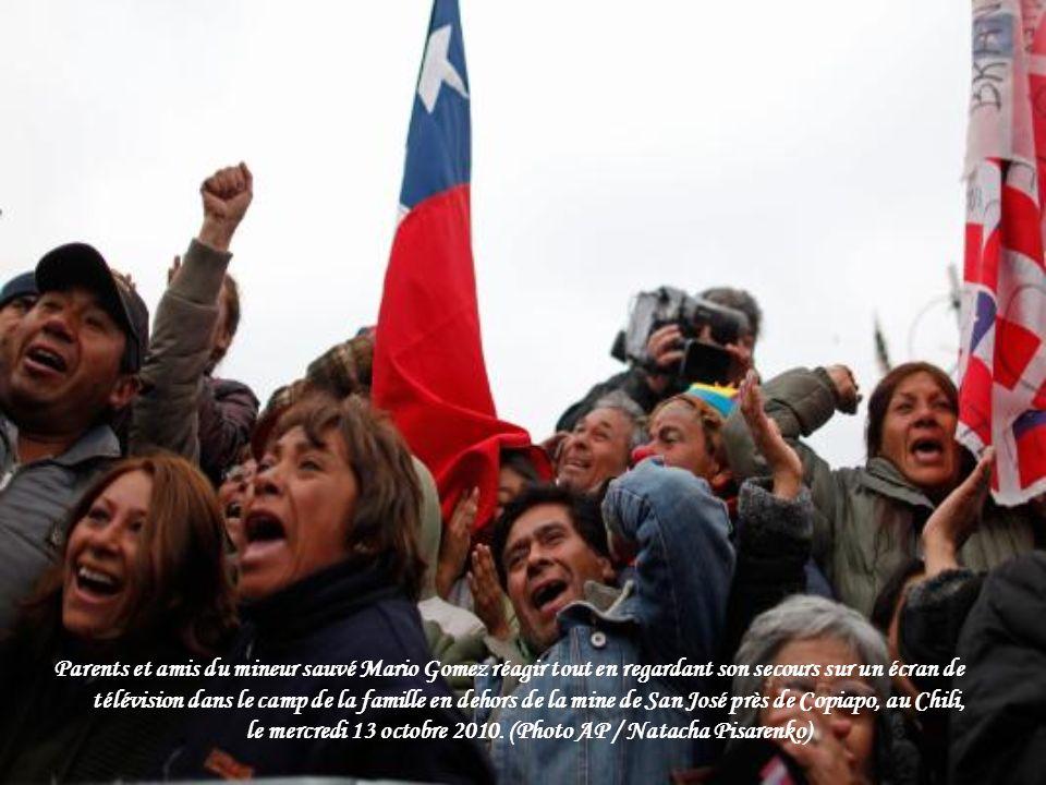 Miner Jose Ojeda est titulaire d'un drapeau chilien, en sortant de la capsule lors de son sauvetage de la mine s'est effondrée San Jose mercredi matin