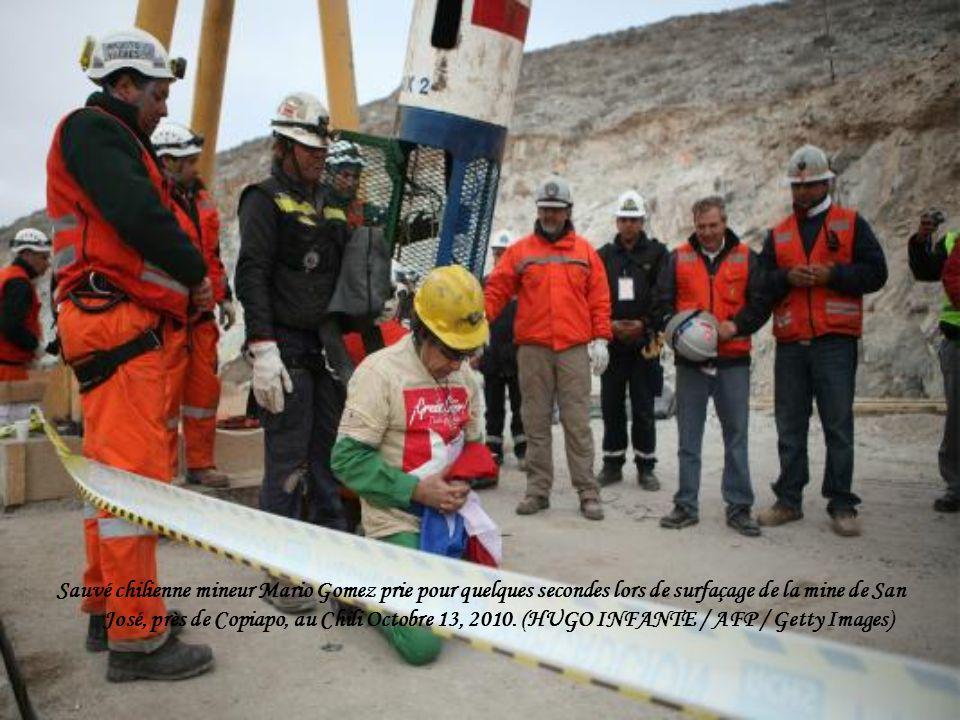 Chili mineur Mario Gomez, le neuvième de trente-trois mineurs et à 63 ans, l aîné des 33 mineurs pris au piège lève les bras en l honneur lors de surfaçage de la mine de San José, près de Copiapo, au Chili, Octobre 13, 2010.
