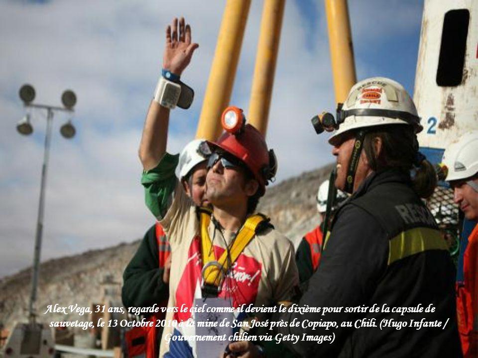 Sauvé chilienne mineur Mario Gomez prie pour quelques secondes lors de surfaçage de la mine de San José, près de Copiapo, au Chili Octobre 13, 2010. (