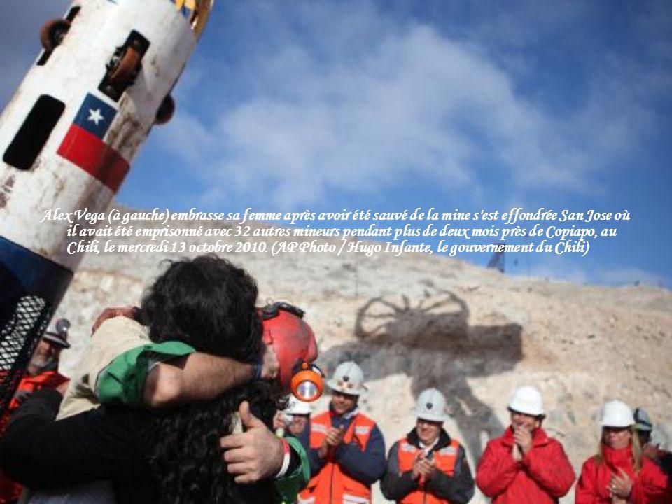 Alex Vega, 31 ans, regarde vers le ciel comme il devient le dixième pour sortir de la capsule de sauvetage, le 13 Octobre 2010 à la mine de San José p