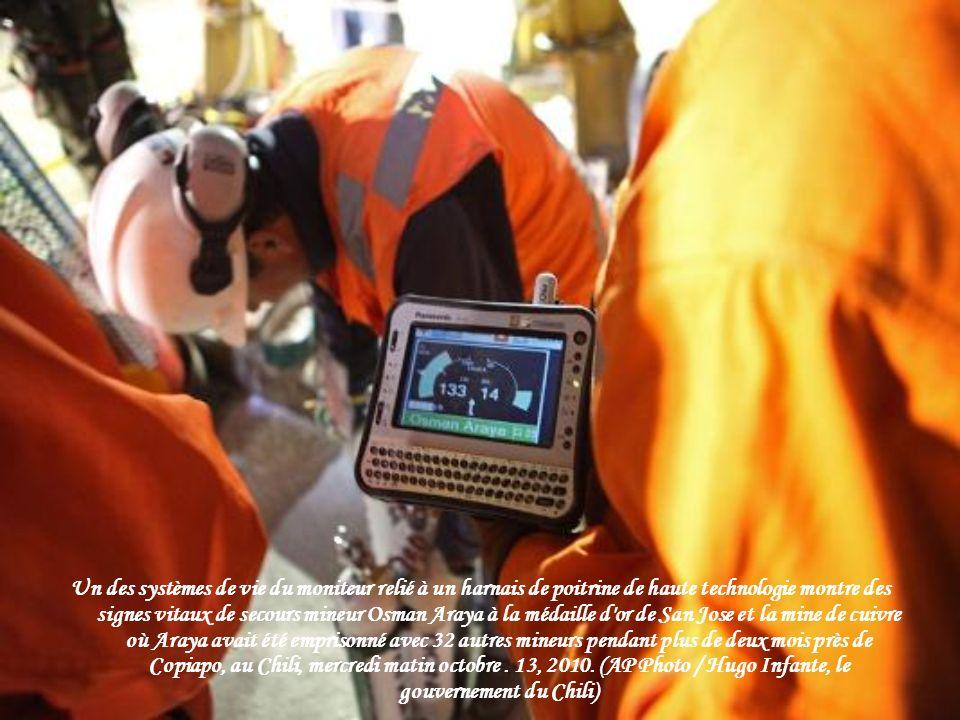 Chili mineur Florencio Avalos est vérifiée par des médecins après avoir été ramené à la surface sur Octobre 13, 2010. Avalos a été le premier des 33 m
