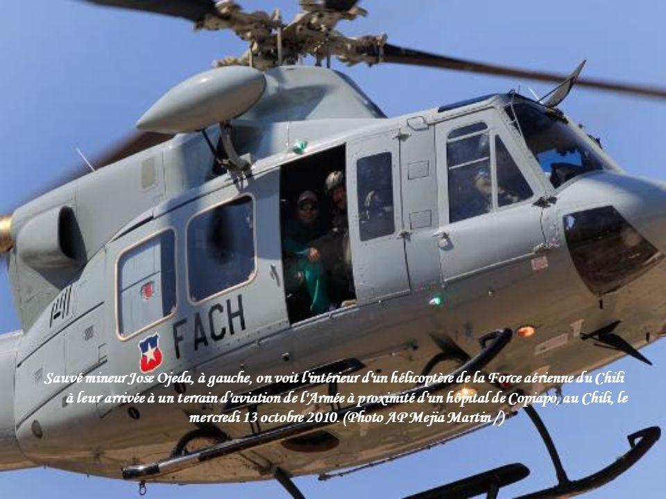 Un des systèmes de vie du moniteur relié à un harnais de poitrine de haute technologie montre des signes vitaux de secours mineur Osman Araya à la médaille d or de San Jose et la mine de cuivre où Araya avait été emprisonné avec 32 autres mineurs pendant plus de deux mois près de Copiapo, au Chili, mercredi matin octobre.