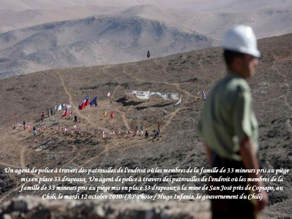 Chili ministre des Mines Laurence Golborne (au centre) prend la parole durant une conférence de presse à la mine de San Jose à proximité de la ville d