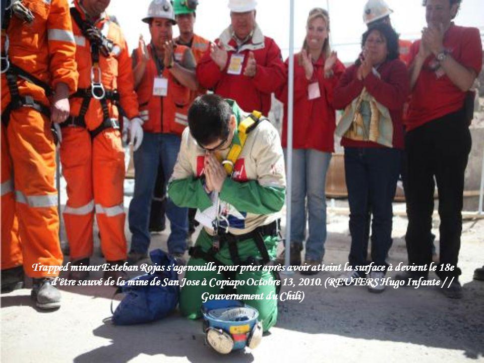 Les parents des mineurs Dario Segovia réagir comme regarder Segovia sur un écran de télévision lors de son opération de sauvetage dans le camp de l'ex
