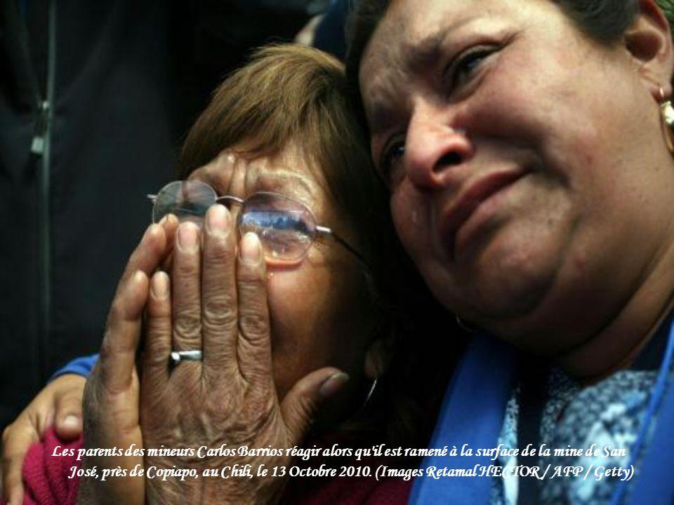 Trapped mineur Esteban Rojas s'agenouille pour prier après avoir atteint la surface à devient le 18e d'être sauvé de la mine de San Jose à Copiapo Oct