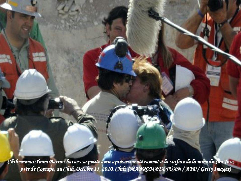 Les parents des mineurs Carlos Barrios réagir alors qu'il est ramené à la surface de la mine de San José, près de Copiapo, au Chili, le 13 Octobre 201