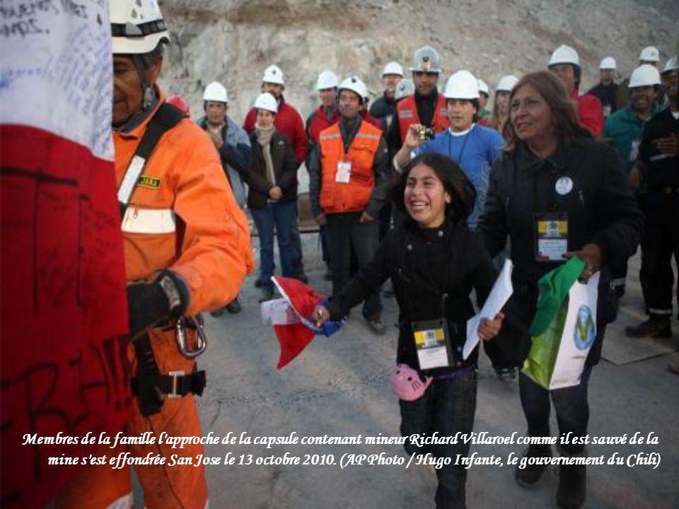 Encourager les résidents tout en regardant le sauvetage des mineurs pris au piège dernier dans la mine de San Jose, sur un grand écran sur une place p