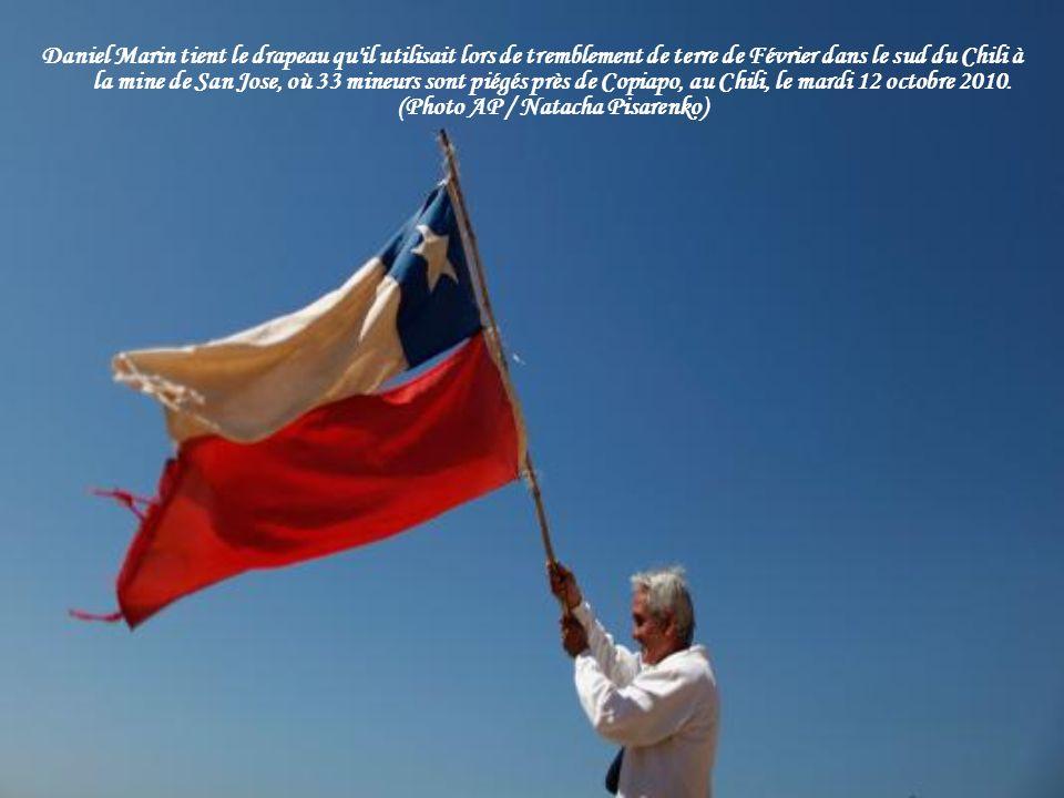 Daniel Marin tient le drapeau qu il utilisait lors de tremblement de terre de Février dans le sud du Chili à la mine de San Jose, où 33 mineurs sont piégés près de Copiapo, au Chili, le mardi 12 octobre 2010.
