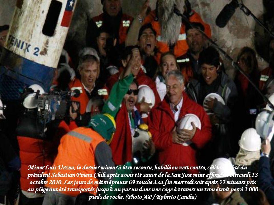 Chili mineur Richard Villarroel embrasse membres de la famille après avoir été ramené à la surface de la mine de San Jose sur Octobre 13, 2010. (PHOTO