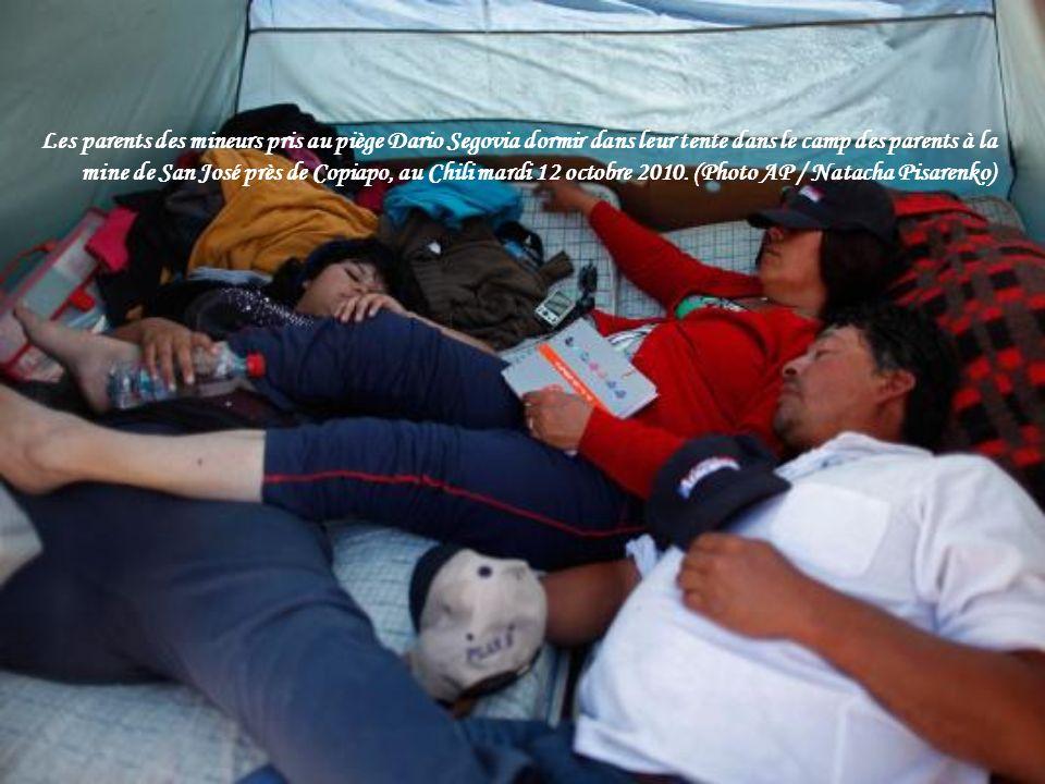 Mario Sepulveda, 39 ans, le mineur seconde pour sortir de la capsule de sauvetage, célèbre le 12 Octobre 2010 à la mine de San Jose.