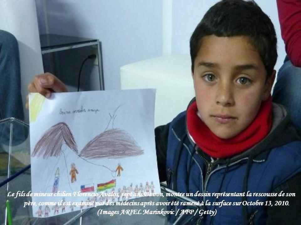 Le fils de mineur chilien Florencio Avalos, sept ans Bairon, montre un dessin représentant la rescousse de son père, comme il est examiné par des médecins après avoir été ramené à la surface sur Octobre 13, 2010.