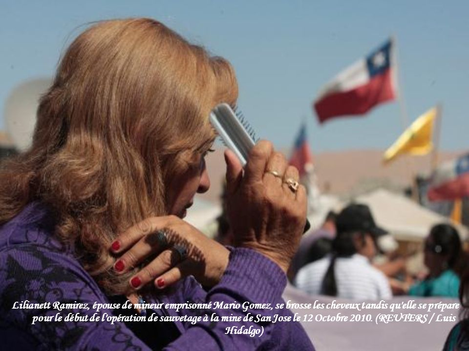 Parents et amis du mineur sauvé Mario Gomez réagir tout en regardant son secours sur un écran de télévision dans le camp de la famille en dehors de la mine de San José près de Copiapo, au Chili, le mercredi 13 octobre 2010.