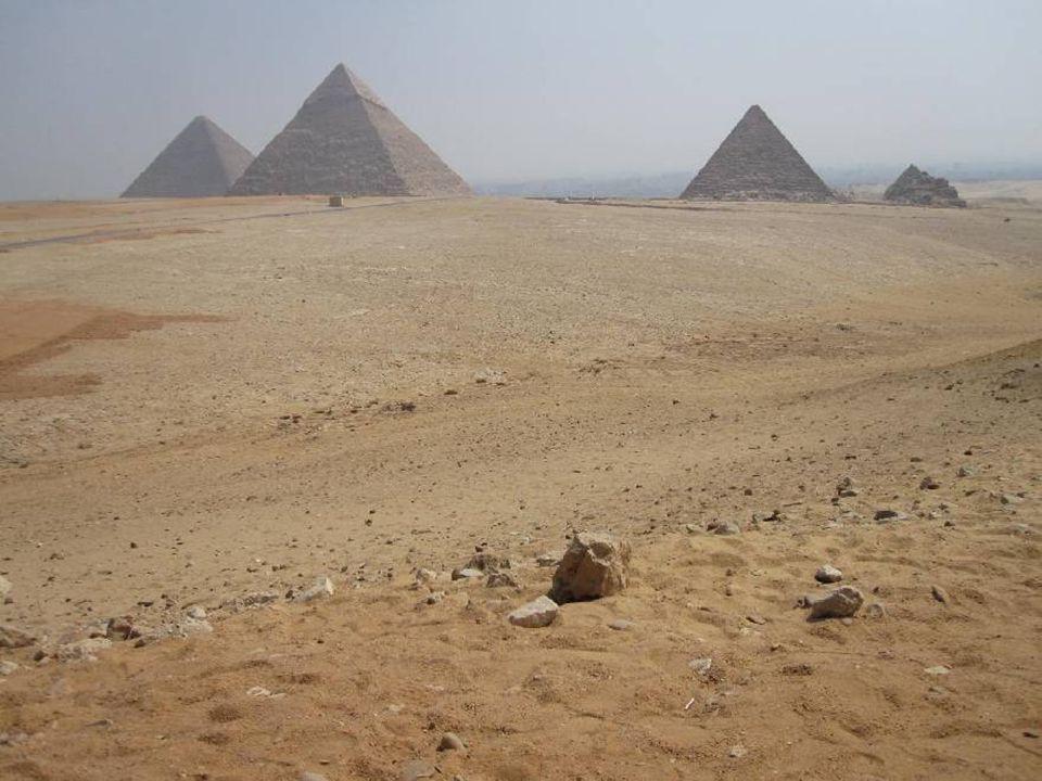 Dommage que la magnifique Pyramide de verre de la cour du Louvre fût si difficile daccès à mon appareil depuis mon perchoir improvisé sous les toits.