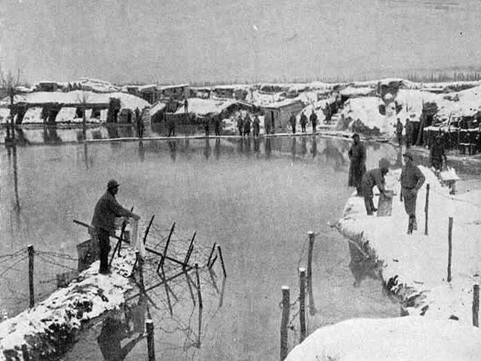 Au cours de la période qui sépare la fin de la guerre de mouvement en 1914, la guerre de position ponctuée par les assauts au gaz allemands sur l'Yser