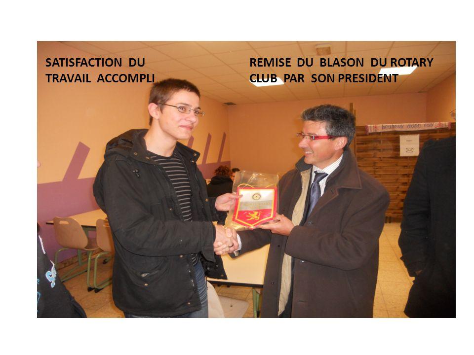 REMISE DU BLASON DU ROTARY CLUB PAR SON PRESIDENT SATISFACTION DU TRAVAIL ACCOMPLI