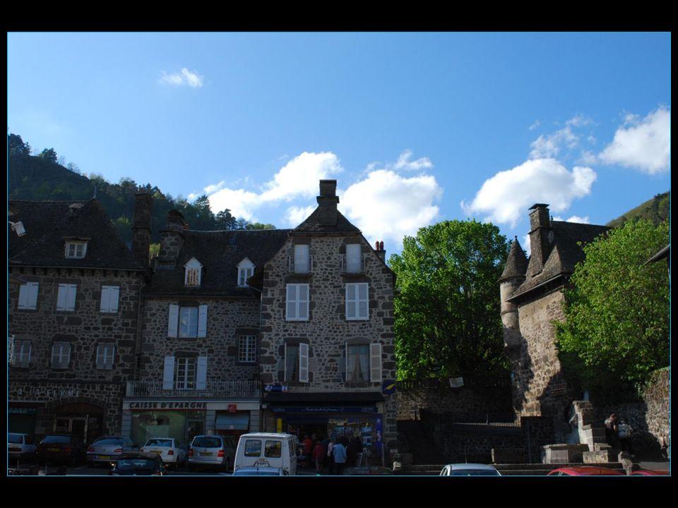 ancien bourg de Vic-sur-Cère, avec ses belles maisons, bourg construit en pierre de lave (andésite) et couvert de lauzes de schiste