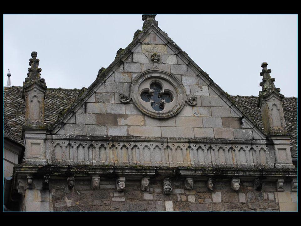 en conservant son clocher son chœur et ses 52 modillons romans de léglise dorigine