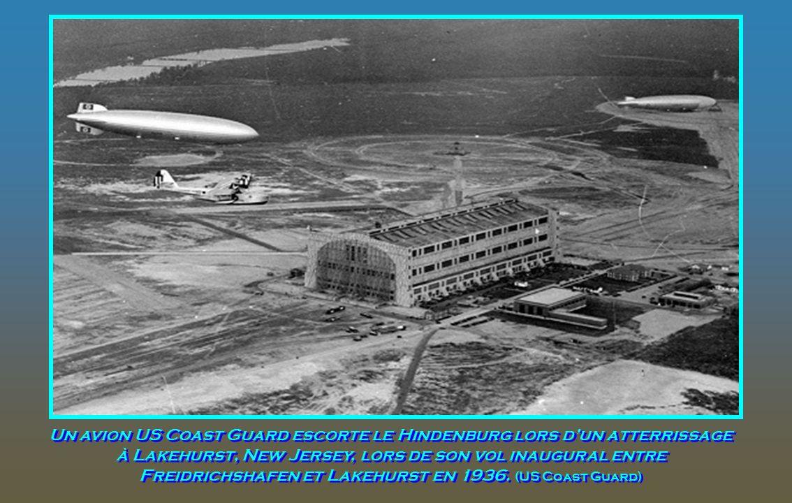 Survol de Boston, dans le Massachusetts en 1936. Un autre petit avion peut également être vu en haut à droite. (Avec l'aimable autorisation de la Bibl