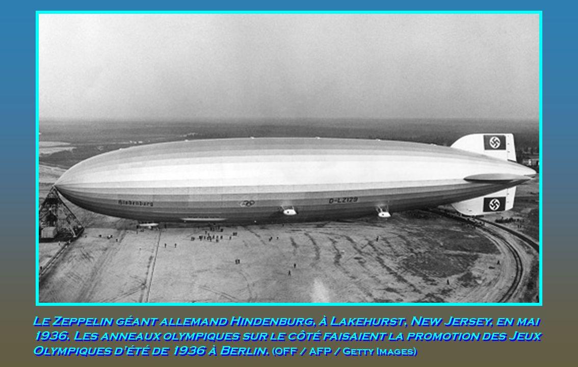 Un avion US Coast Guard escorte le Hindenburg lors dun atterrissage à Lakehurst, New Jersey, lors de son vol inaugural entre Freidrichshafen et Lakehu
