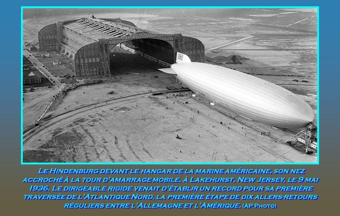 Le Zeppelin géant allemand Hindenburg, à Lakehurst, New Jersey, en mai 1936. Les anneaux olympiques sur le côté faisaient la promotion des Jeux Olympi