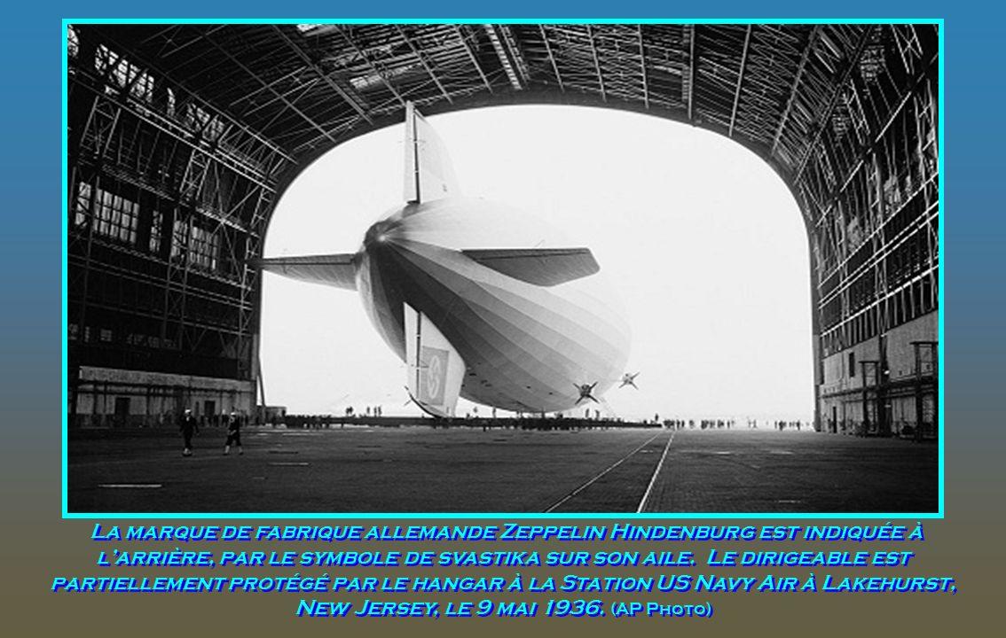 Le Hindenburg devant le hangar de la marine américaine, son nez accroché à la tour d'amarrage mobile, à Lakehurst, New Jersey, le 9 mai 1936. Le dirig