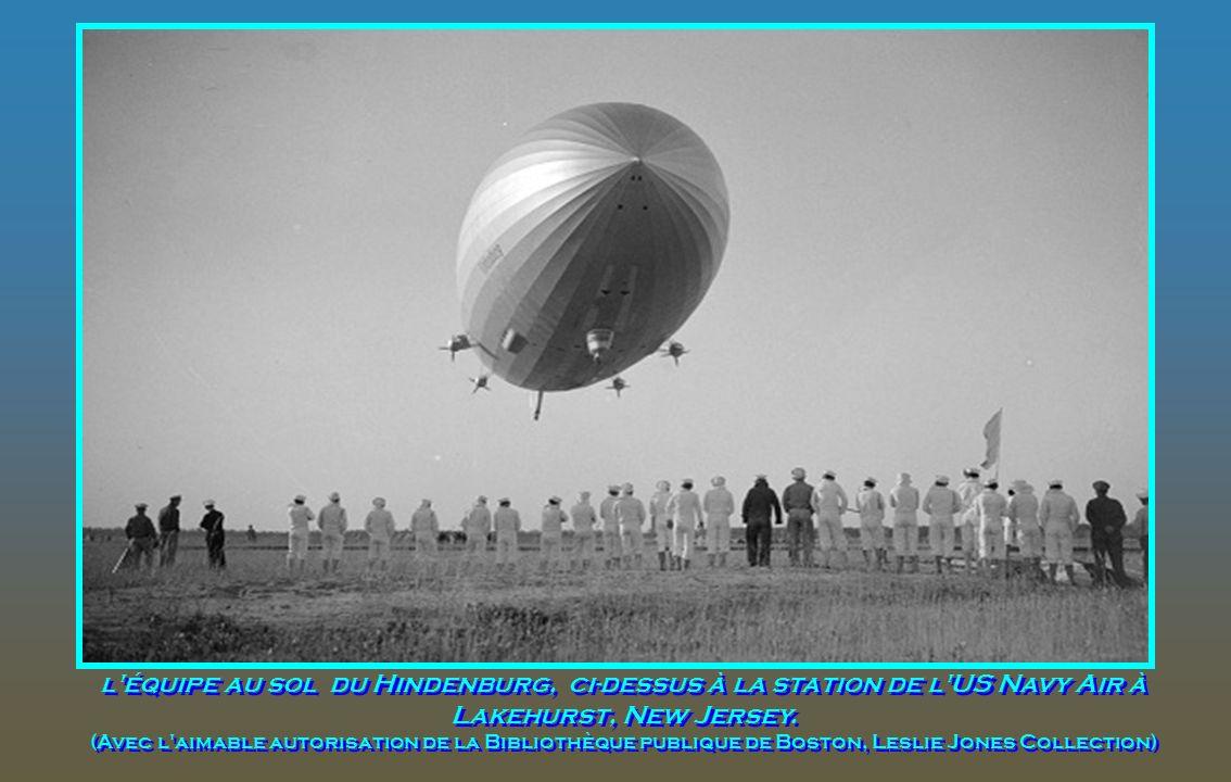 La marque de fabrique allemande Zeppelin Hindenburg est indiquée à larrière, par le symbole de svastika sur son aile. Le dirigeable est partiellement