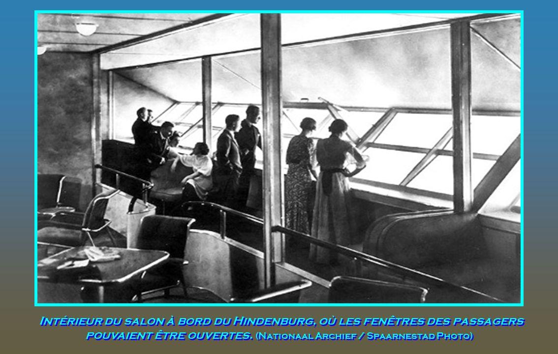Une cuisine moderne et équipée électriquement à bord du Hindenburg prévue pour les passagers et membres d'équipage, photographie non datée. (AP Photo)