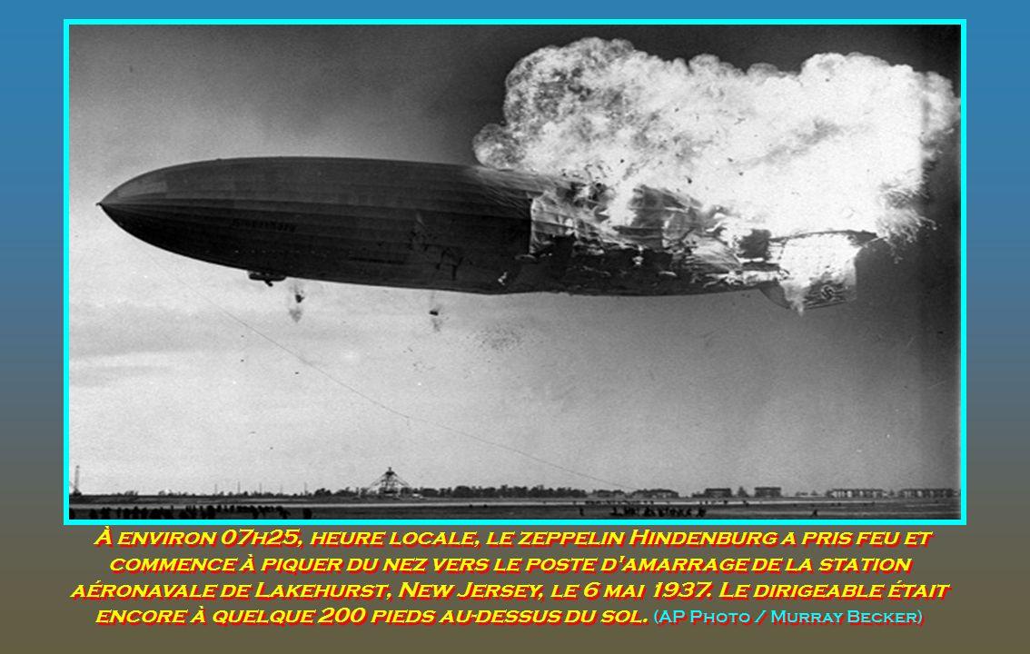 Le dirigeable allemand Hindenburg, juste avant qu'il ne s'écrase avant l'atterrissage à la station navale américaine de Lakehurst, New Jersey, le 6 ma