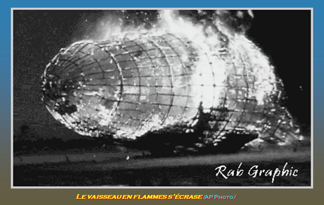 Comme le gaz hydrogène brûlé s'est échappé de l'arrière du Hindenburg, la queue retombe au sol en premier, l'envoi d'un éclat de flamme pointe et enfl