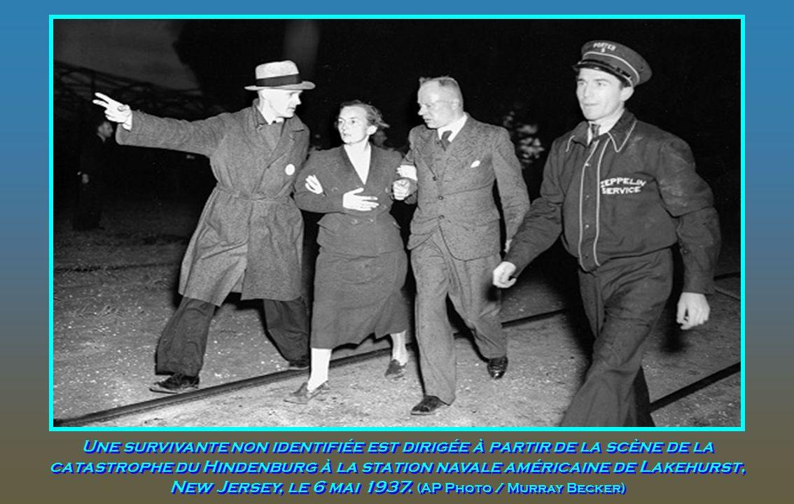 Le Major Hans Hugo Witt de la Luftwaffe allemande, qui a été gravement brûlé dans la catastrophe du Hindenburg, lors de son transfert de l'hôpital Pau