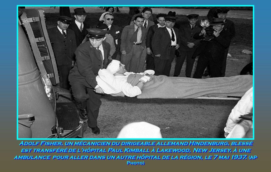 Une survivante non identifiée est dirigée à partir de la scène de la catastrophe du Hindenburg à la station navale américaine de Lakehurst, New Jersey