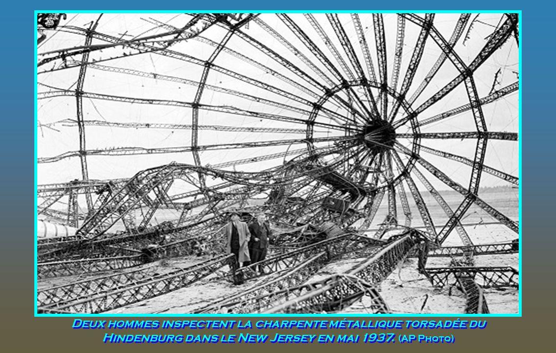 Les agents des douanes recherche dans les bagages récupérés dans l'explosion du Hindenburg à Lakehurst, New Jersey, May 6, 1937. (AP Photo)