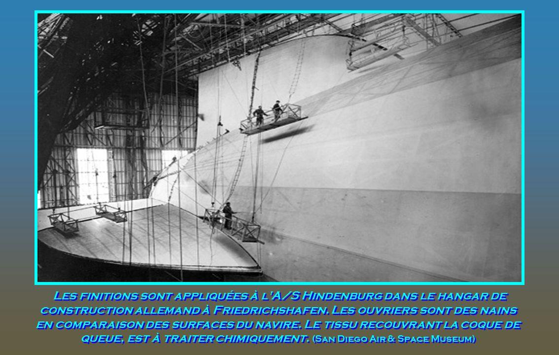 6 mai 1937. Le zeppelin Allemand Hindenburg survole Manhattan. Quelques heures plus tard, le navire prendra feu dans une tentative d'atterrissage à La