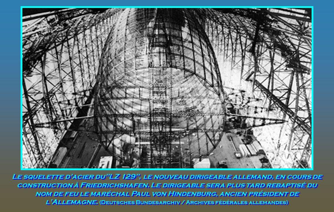 Les finitions sont appliquées à l'A/S Hindenburg dans le hangar de construction allemand à Friedrichshafen. Les ouvriers sont des nains en comparaison
