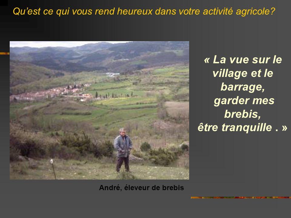 « La vue sur le village et le barrage, garder mes brebis, être tranquille.