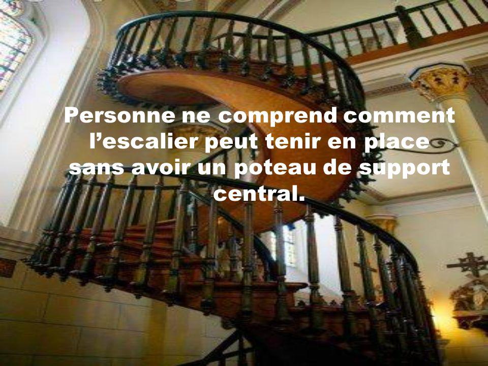 Il construisit lescalier, tout seul, ce qui déjà, est considéré comme un défi majeur pour un charpentier.