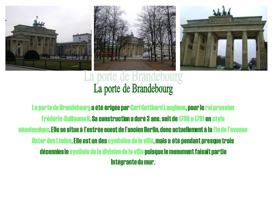 La porte de Brandebourg a été érigée par Carl Gotthard Langhans, pour le roi prussien Frédéric-Guillaume II. Sa construction a duré 3 ans, soit de 178
