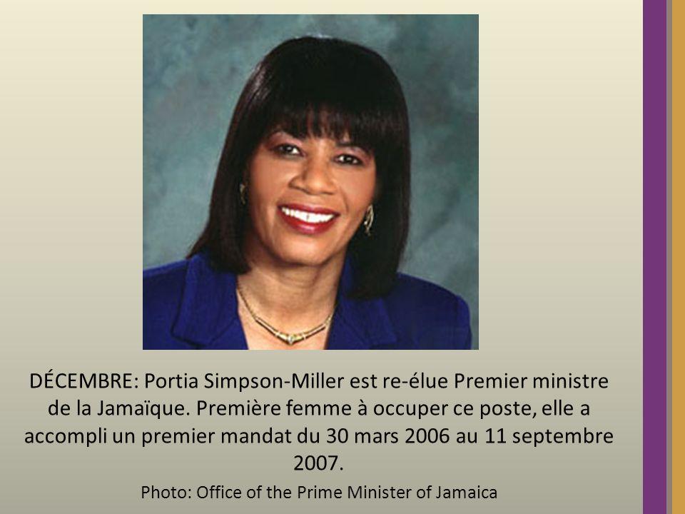 DÉCEMBRE: Portia Simpson-Miller est re-élue Premier ministre de la Jamaïque.