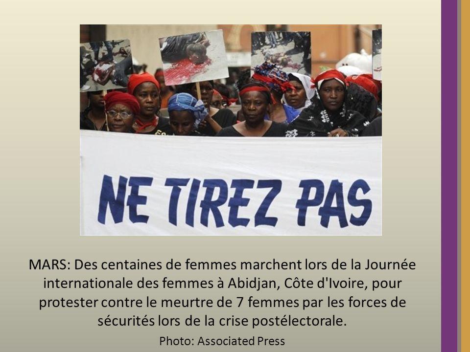 MARS: Des centaines de femmes marchent lors de la Journée internationale des femmes à Abidjan, Côte d Ivoire, pour protester contre le meurtre de 7 femmes par les forces de sécurités lors de la crise postélectorale.