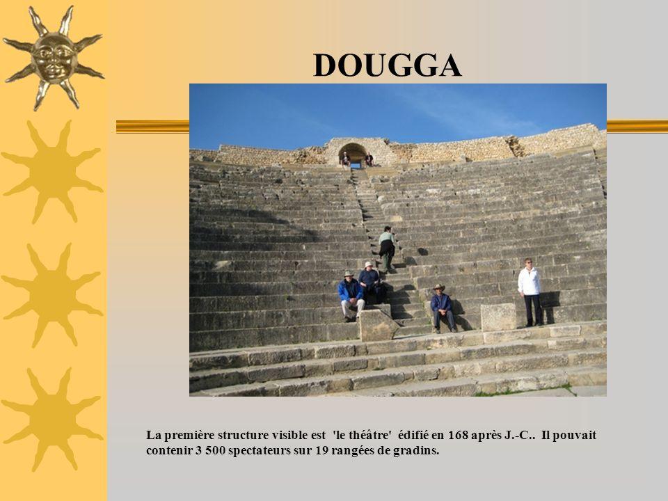 DOUGGA La première structure visible est 'le théâtre' édifié en 168 après J.-C.. Il pouvait contenir 3 500 spectateurs sur 19 rangées de gradins.