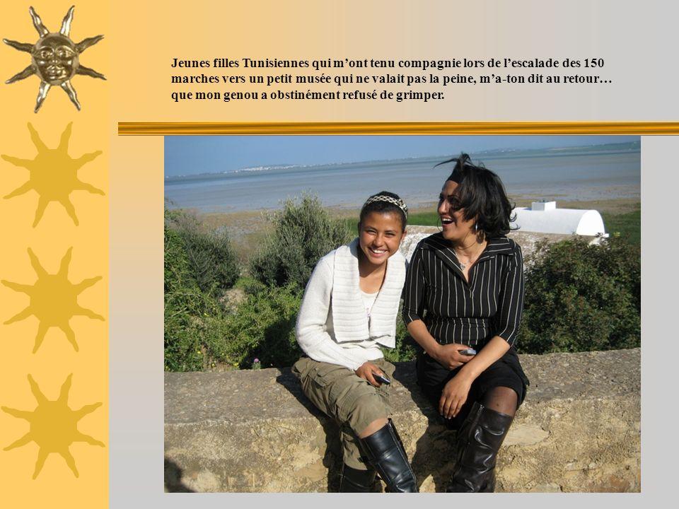 Jeunes filles Tunisiennes qui mont tenu compagnie lors de lescalade des 150 marches vers un petit musée qui ne valait pas la peine, ma-ton dit au reto