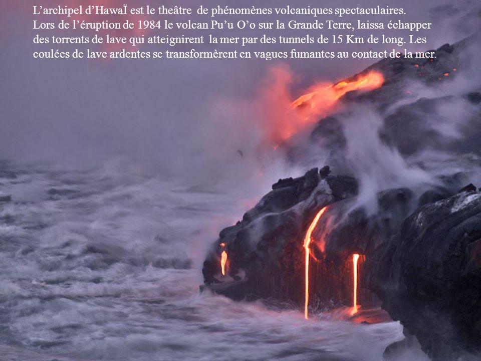 Le volcan PuuOo dans lîle de Grande Terre à Hawai.