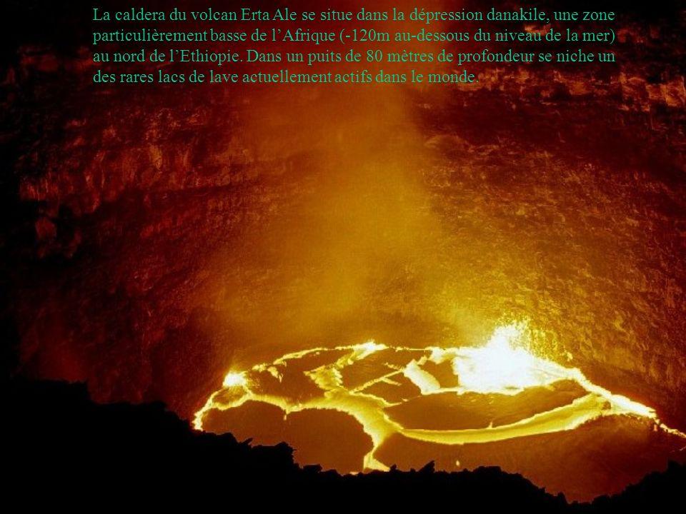 La caldera du volcan Erta Ale se situe dans la dépression danakile, une zone particulièrement basse de lAfrique (-120m au-dessous du niveau de la mer) au nord de lEthiopie.