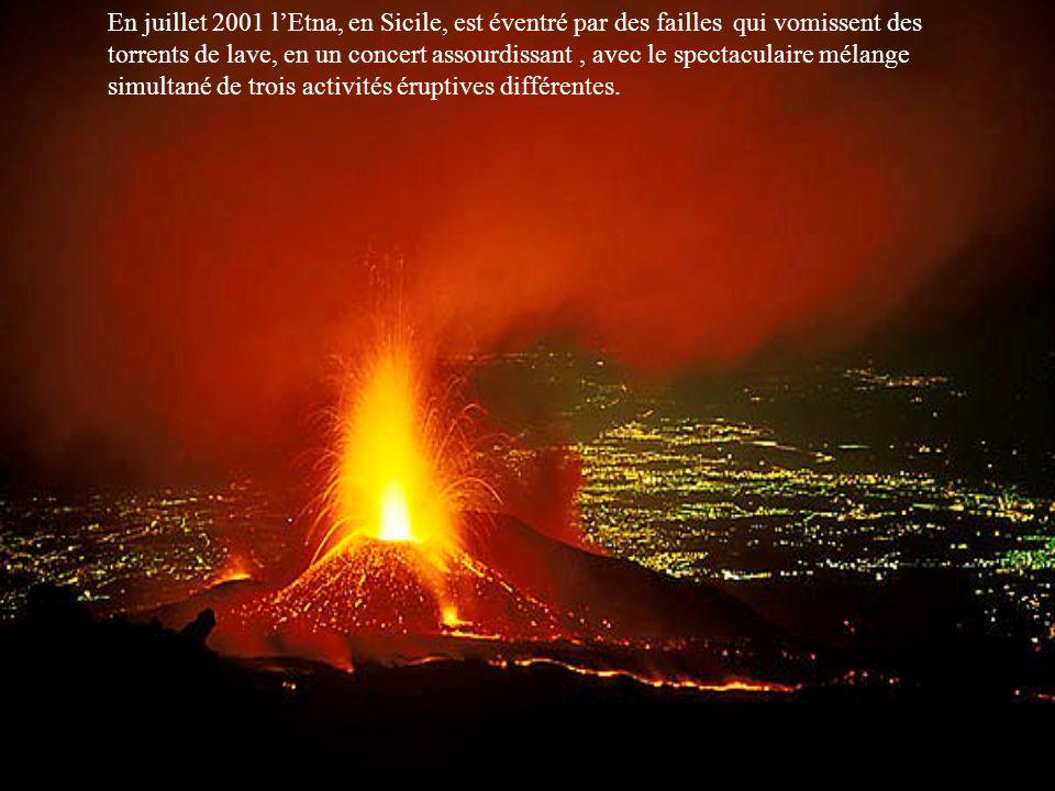 En juillet 2001 lEtna, en Sicile, est éventré par des failles qui vomissent des torrents de lave, en un concert assourdissant, avec le spectaculaire mélange simultané de trois activités éruptives différentes.