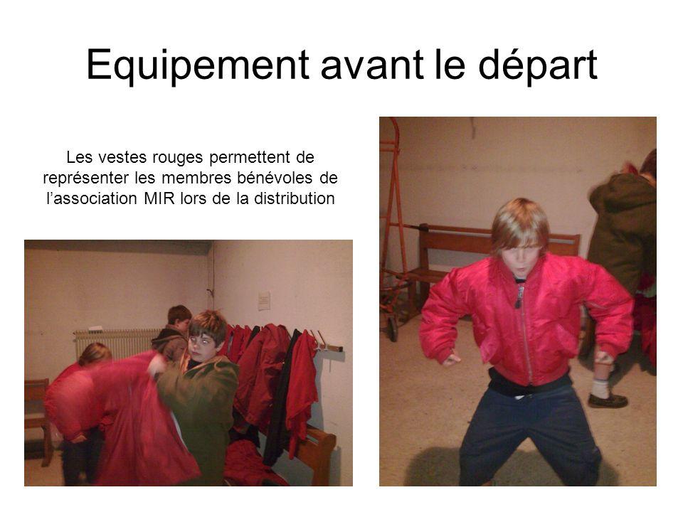 Equipement avant le départ Les vestes rouges permettent de représenter les membres bénévoles de lassociation MIR lors de la distribution