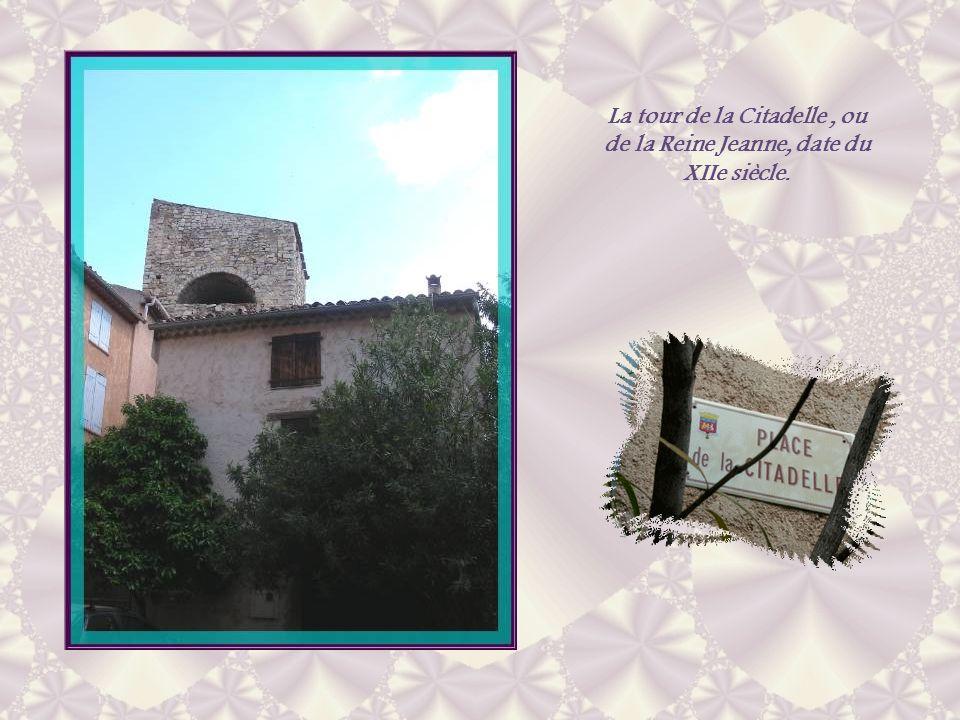 Bien restaurée, larche romane témoigne de lancienneté de cette demeure…