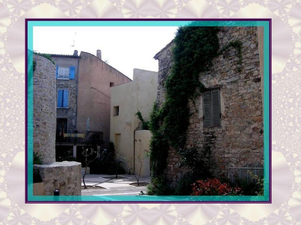 Cette maison marque lemplacement de léglise Saint- Martin du XIIe siècle, démolie en 1755. Elle en conserve certainement quelques éléments de construc