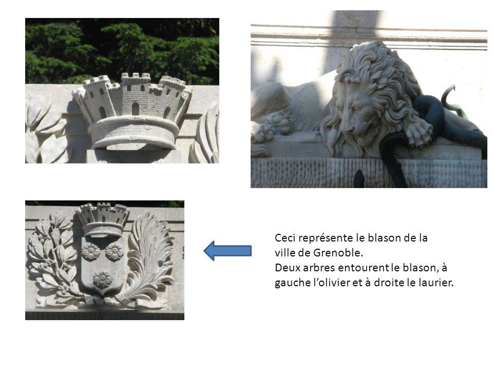 La fontaine du lion, inséparable de son serpent. Cette fontaine a été construite en 1840. Le sculpteur Sappey sest inspiré de la rencontre violente du
