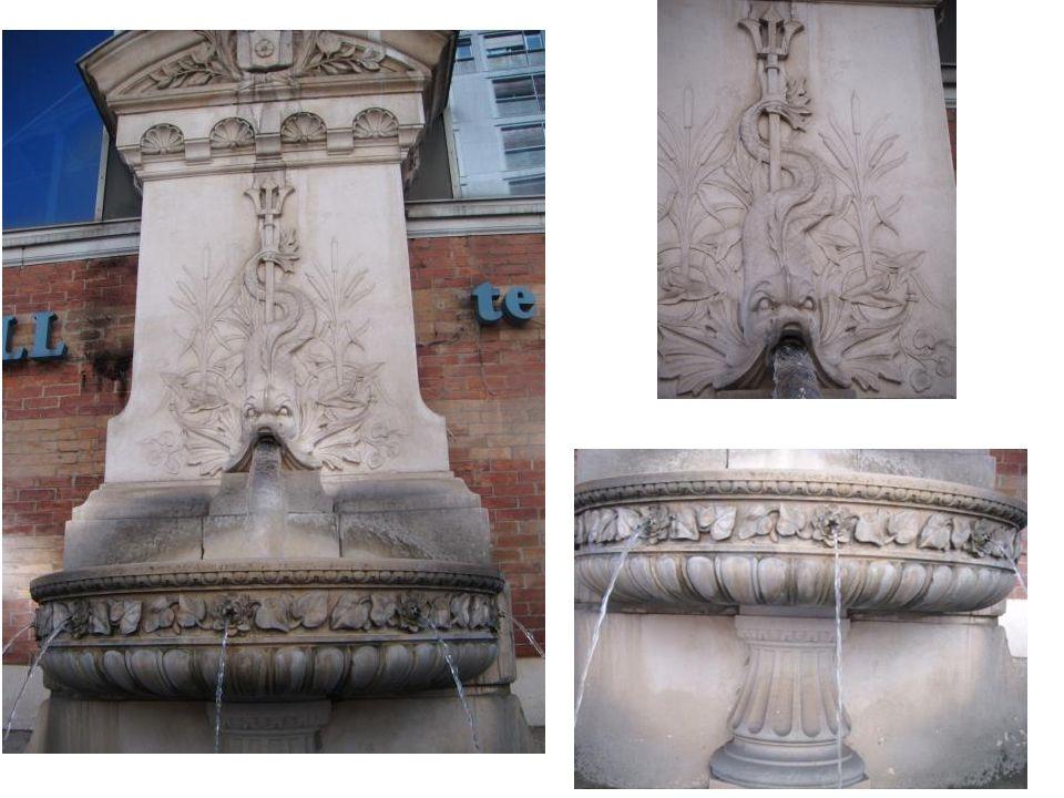 La fontaine de la place Sainte Claire Cette fontaine représente un dauphin. La forme de cette fontaine est un demi-cercle au sommet et elle est compos